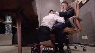 年度国产AV大戏!全程国语剧情对白,上司强迫女员工办公室打炮